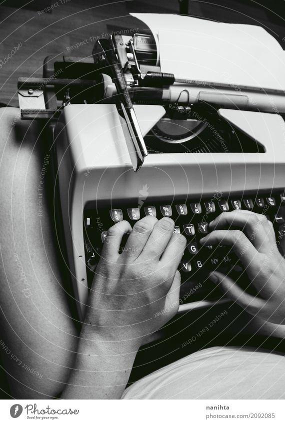 Jemand schreibt in eine alte Schreibmaschine Lifestyle Arbeitsplatz Büro Tastatur Mensch androgyn Jugendliche Erwachsene 1 18-30 Jahre Kunst Künstler Kultur