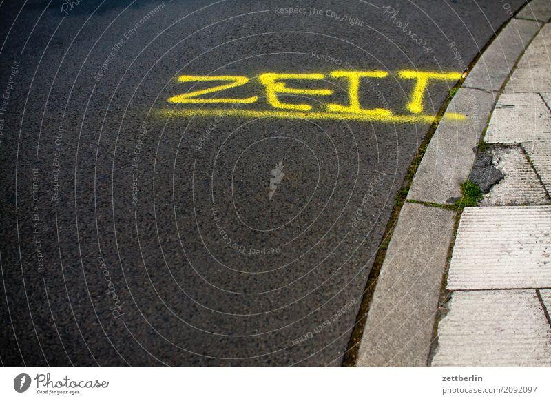 Zeit Asphalt Bürgersteig Verkehr abbiegen Wort Ecke Fahrbahnmarkierung Kurve Linie Schilder & Markierungen Navigation Orientierung Schriftzeichen Straße