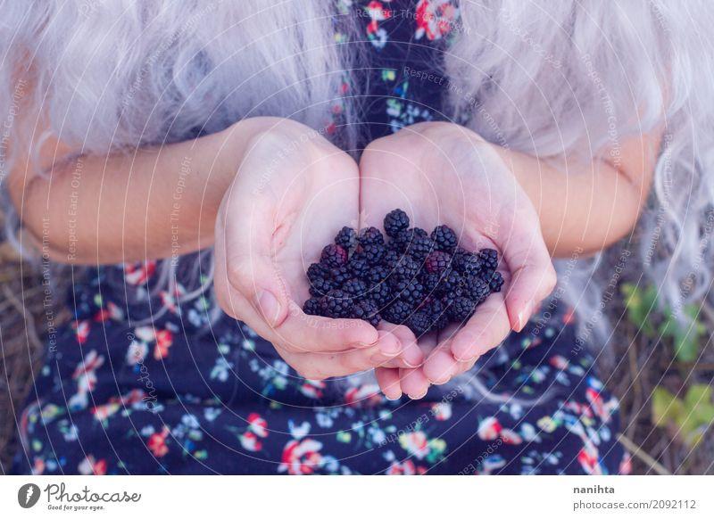 Mensch Natur Jugendliche blau Junge Frau Hand 18-30 Jahre schwarz Erwachsene Leben Lifestyle Gesundheit natürlich feminin Lebensmittel Frucht