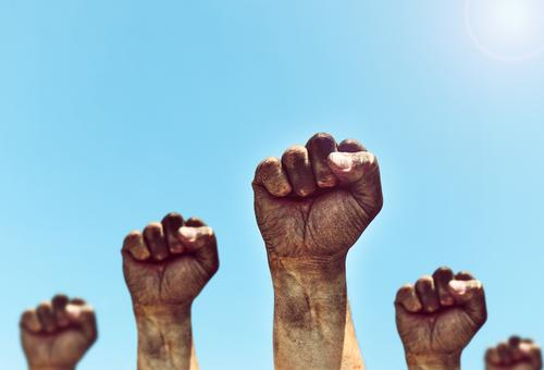 Männliche Hände werden zur Faust geballt Freiheit Sonne Mensch Mann Erwachsene Hand Finger Menschengruppe Himmel alt Aggression dreckig retro stark blau schwarz