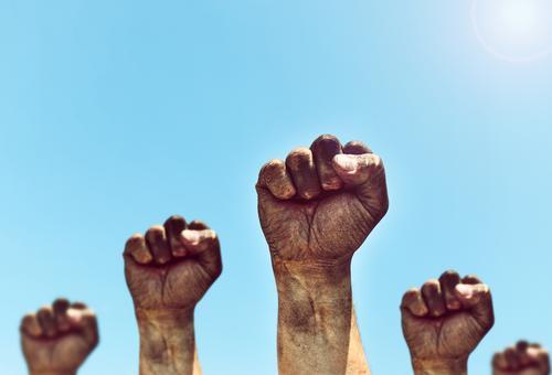 Männliche Hände werden zur Faust geballt Mensch Himmel Mann alt blau Sonne Hand schwarz Erwachsene Freiheit Menschengruppe dreckig retro Kraft Finger Idee