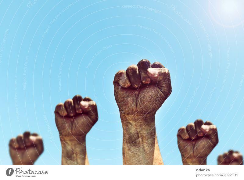 Mensch Himmel Mann alt blau Sonne Hand schwarz Erwachsene Freiheit Menschengruppe dreckig retro Kraft Finger Idee