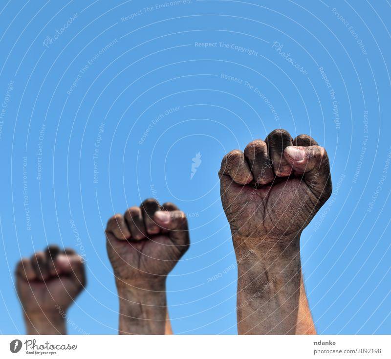 Drei schmutzige männliche Fäuste erhoben sich Freiheit Mann Erwachsene Hand Finger Himmel alt Aggression dreckig stark blau schwarz Optimismus Kraft Schutz