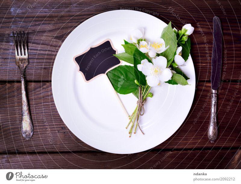 Weiße runde Platte Abendessen Teller Besteck Messer Gabel Dekoration & Verzierung Tisch Küche Restaurant Tafel Werkzeug Blume Blumenstrauß Holz Metall alt oben