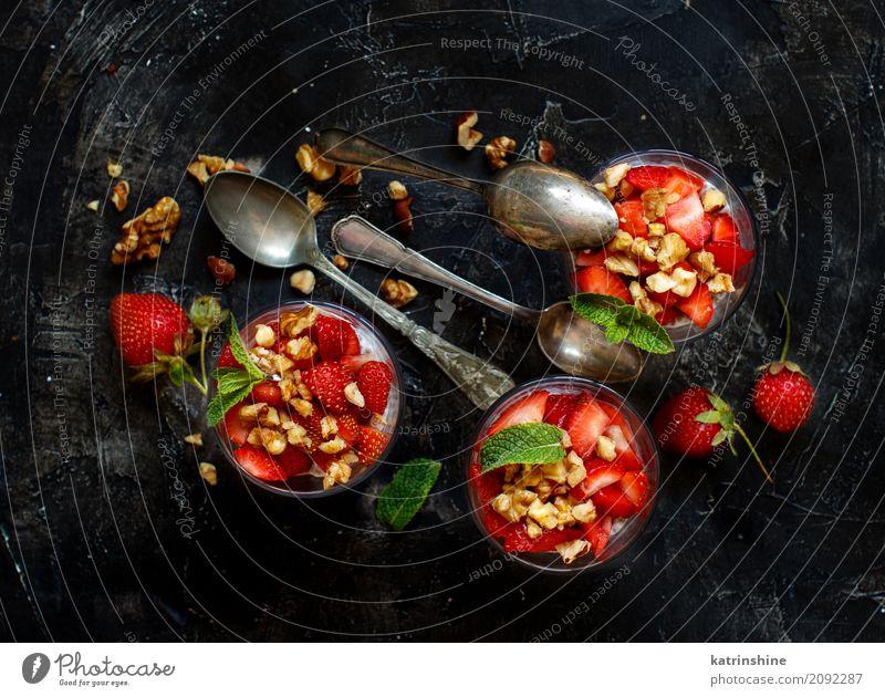 Chia Pudding Erdbeerparfait mit griechischem Joghurt und Nüssen Frucht Dessert Essen Frühstück Diät Glas Löffel rot weiß Beeren Müsli Samen Molkerei