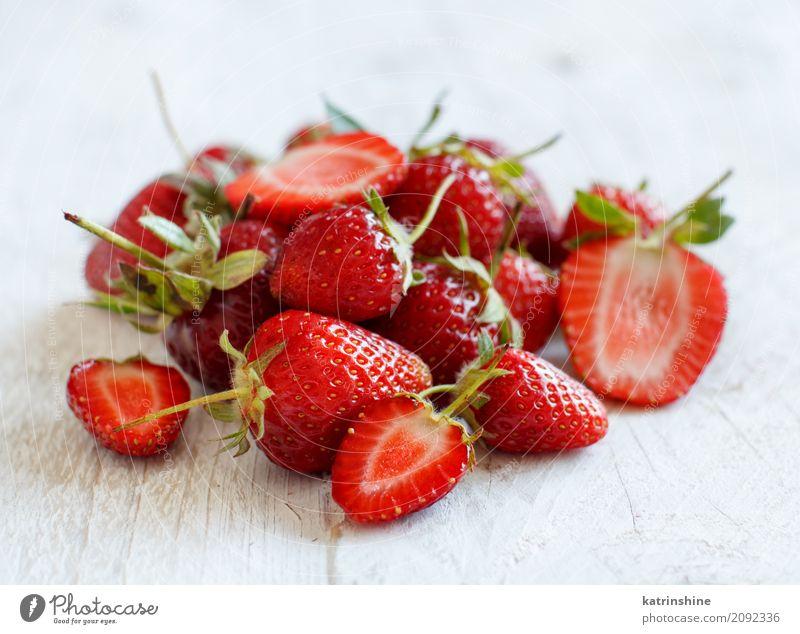 Erdbeeren schließen oben auf einem weißen Holztisch Frucht Dessert Diät Sommer Tisch frisch hell lecker natürlich saftig rot Farbe Beeren farbenfroh essbar