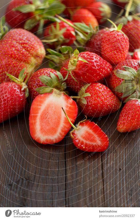 Erdbeeren schließen oben auf einem dunklen Holztisch Frucht Dessert Diät Sommer Tisch Menschengruppe frisch hell lecker natürlich saftig braun rot Farbe Beeren