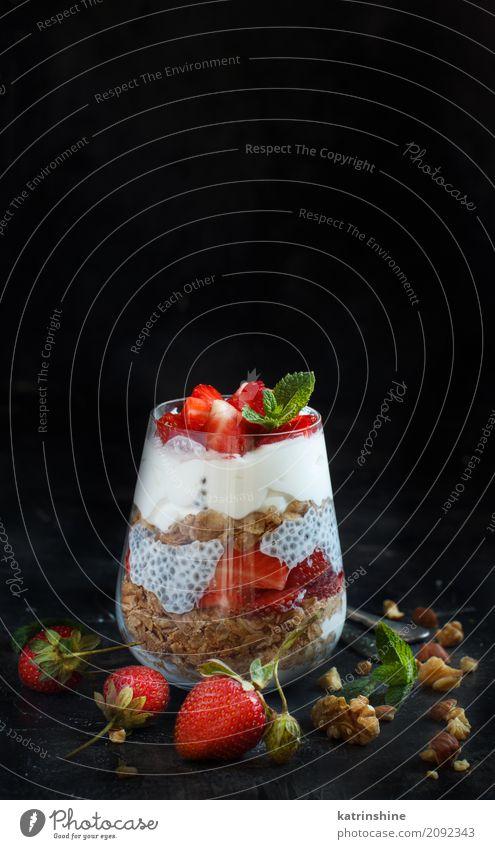 Chia Pudding Erdbeerparfait mit griechischem Joghurt und Nüssen Frucht Dessert Frühstück Diät Glas Löffel dunkel rot weiß Beeren Müsli Samen Molkerei