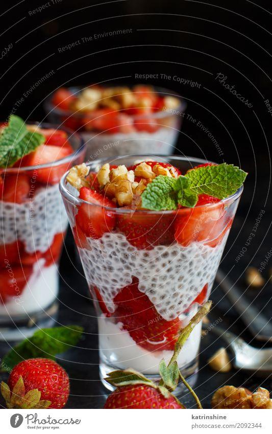Chia Pudding Erdbeerparfait mit griechischem Joghurt und Nüssen Frucht Dessert Frühstück Diät Glas Löffel rot weiß Beeren Müsli Samen Molkerei Feinschmecker