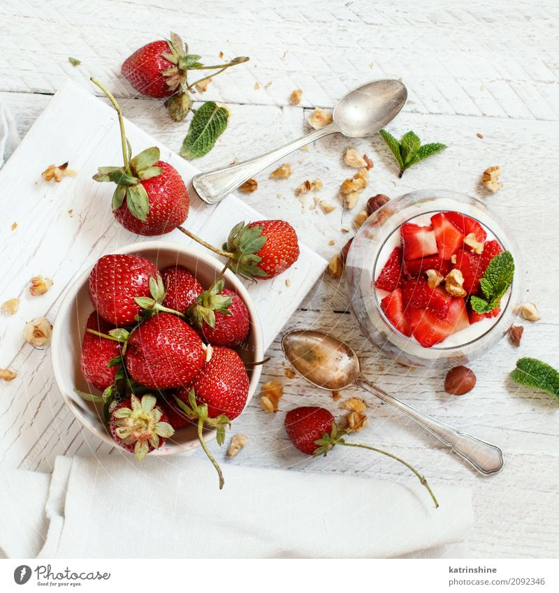 Chia Pudding Erdbeerparfait mit griechischem Joghurt und Nüssen Frucht Dessert Frühstück Diät Schalen & Schüsseln Glas Löffel rot weiß Beeren Müsli Samen