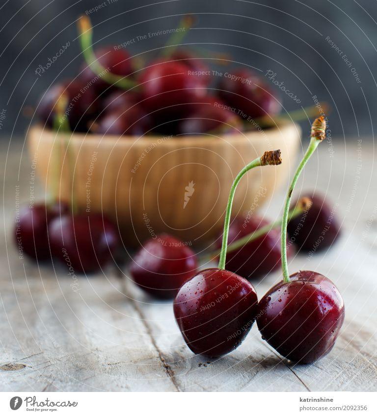 Rote Kirschen in einer Schüssel auf einem alten hölzernen Hintergrund Frucht Dessert Ernährung Vegetarische Ernährung Diät Schalen & Schüsseln Sommer Tisch
