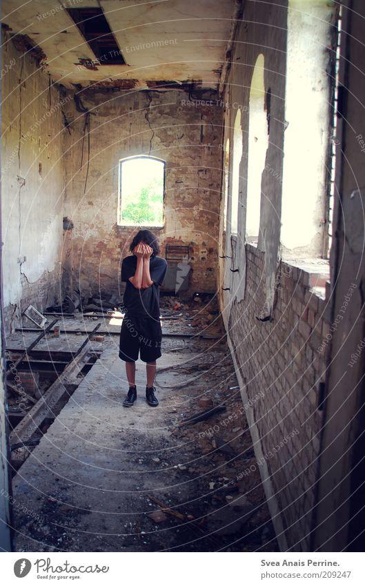einsamkeit in küstrin. Mensch Jugendliche schwarz Haus Einsamkeit Wand Gefühle Fenster träumen Traurigkeit Mauer Stimmung dreckig Erwachsene maskulin Fassade