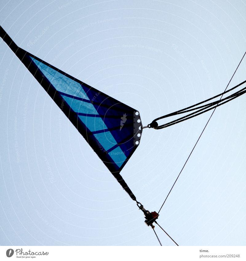 Dreiecksbeziehung Himmel blau Seil diagonal Schönes Wetter Segel Segelboot Blauer Himmel Zweck Haken Dreieck Textfreiraum Abhängigkeit Befestigung Natur Funktion