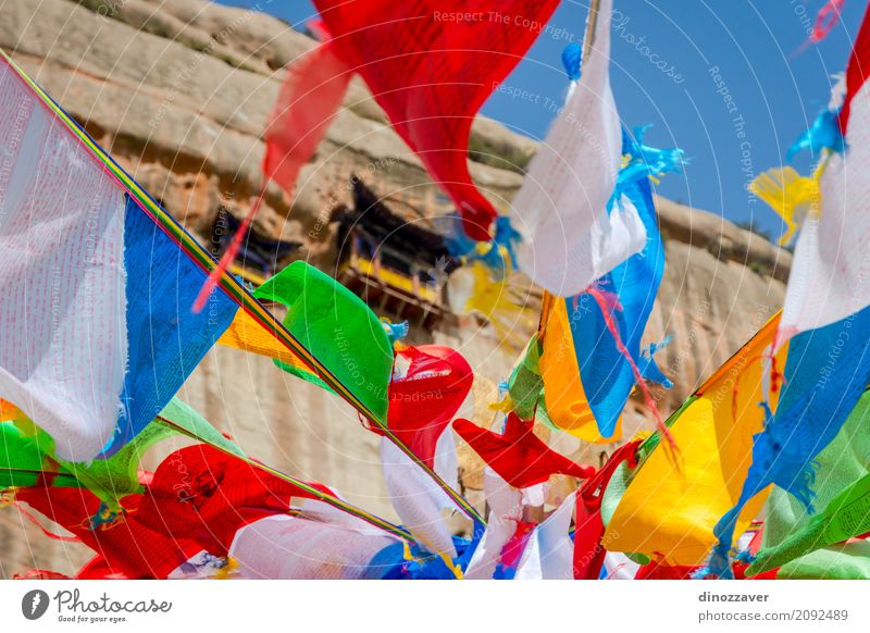 Mati Si-Tempel mit bunten betenden Flaggen, China Meditation Ferien & Urlaub & Reisen Tourismus Kultur Felsen Gebäude Architektur Denkmal Fahne alt historisch