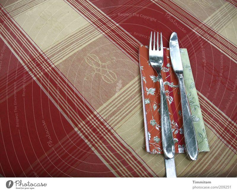 oh! oh! Ernährung Besteck Messer Gabel Restaurant ausgehen warten glänzend Sauberkeit rot gewagt Muster kariert Serviette Ordnung Tischwäsche Farbfoto