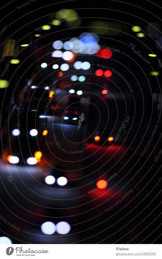 Miniatur-Wunderland Modellbau Verkehr Autofahren Straße PKW leuchten Farbfoto Makroaufnahme Experiment Kunstlicht Unschärfe Nacht Autoscheinwerfer Berufsverkehr