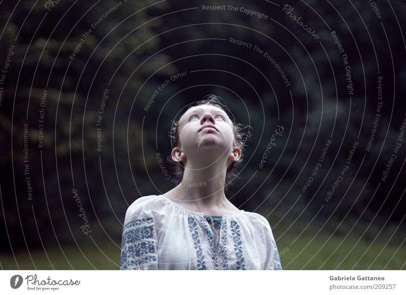. Mensch Jugendliche blau feminin Kopf beobachten außergewöhnlich Bluse Frauengesicht Junge Frau Blick nach oben Bekleidung Frauenhals