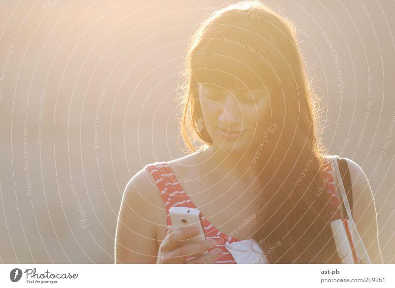 Frau Mensch Jugendliche Gefühle Freiheit Erwachsene Telefon lesen Telekommunikation Handy Bildschirm positiv SMS Junge Frau Morgen Medien
