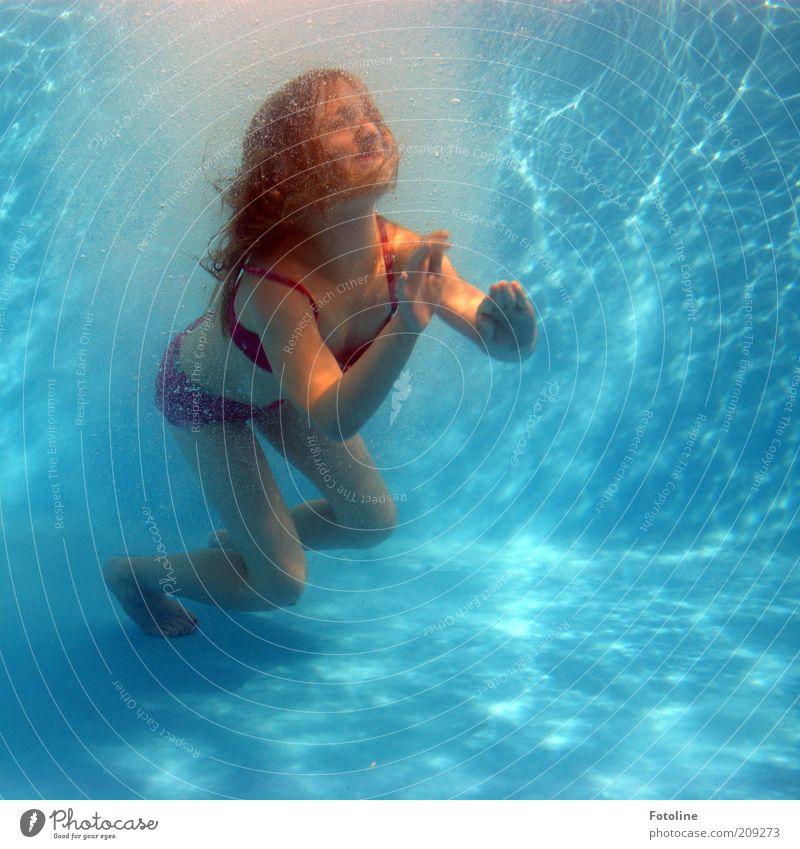 schnell hoch! Mensch Kind Wasser Mädchen blau rot Sommer Freude Gesicht feminin Spielen Haare & Frisuren Kopf Fuß Beine Körper