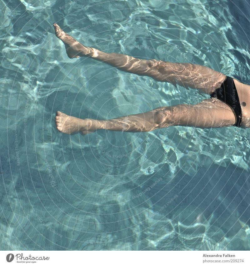 Frau badet VI Mensch Frau Jugendliche blau schwarz ruhig Erwachsene Erholung kalt feminin Wärme Beine Schwimmen & Baden nass natürlich ästhetisch