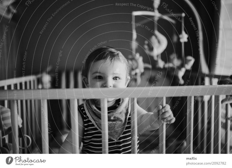 Laufstall Mensch maskulin Kind Baby Kleinkind Junge Kindheit 1 0-12 Monate Blick stehen Schwarzweißfoto blond Auge lachen Gitter Innenaufnahme Tag Unschärfe