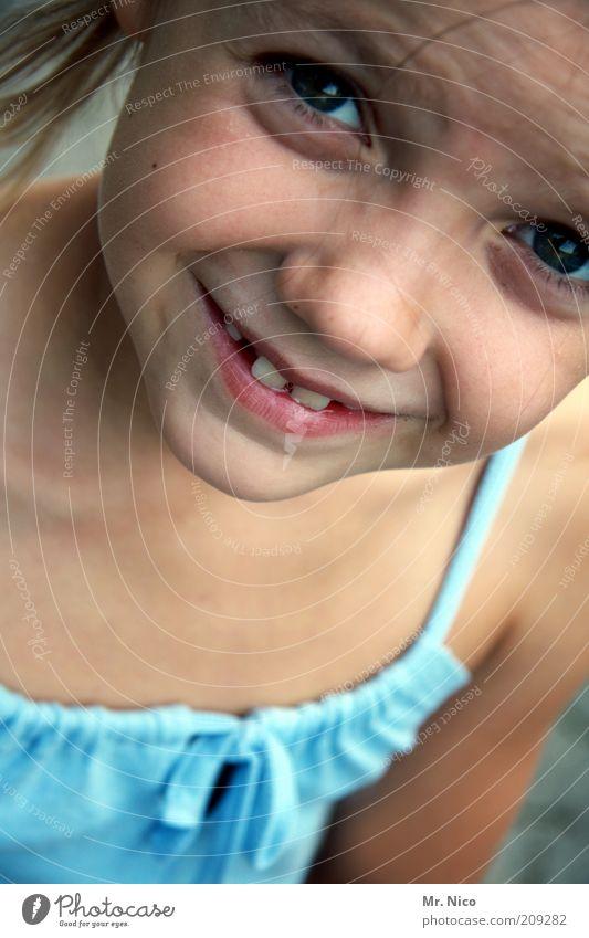 kuckuck blau schön Mädchen Freude Gesicht Auge Kopf Glück Mund Haut natürlich Nase Fröhlichkeit niedlich Neugier Zähne