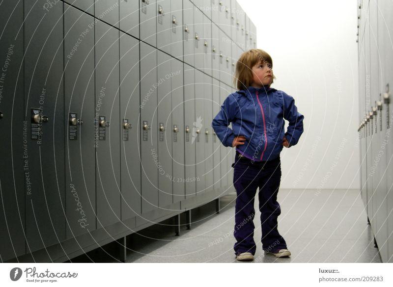 Suchen Kind Schule Denken geschlossen Sicherheit entdecken nachdenklich Kontrolle Idee Bildung einzeln finden Schrank Schulkind