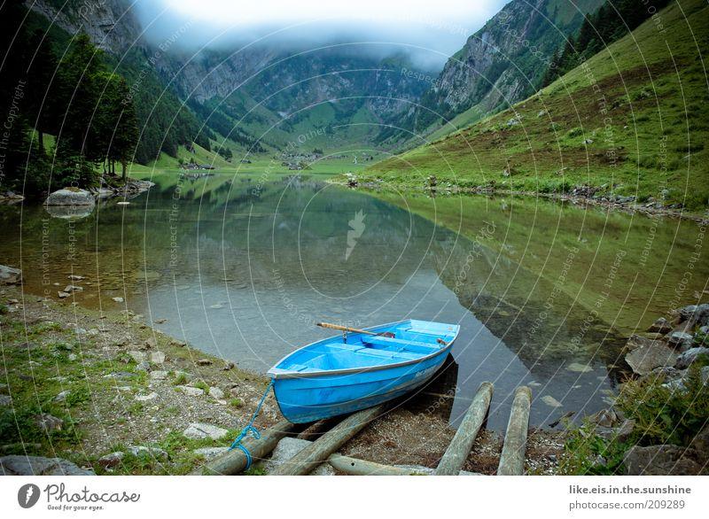 einsamer Bergsee II Sinnesorgane Erholung ruhig Sommerurlaub Berge u. Gebirge Natur Wolken Sträucher Hügel genießen Kraft Reflexion & Spiegelung Wasserfahrzeug