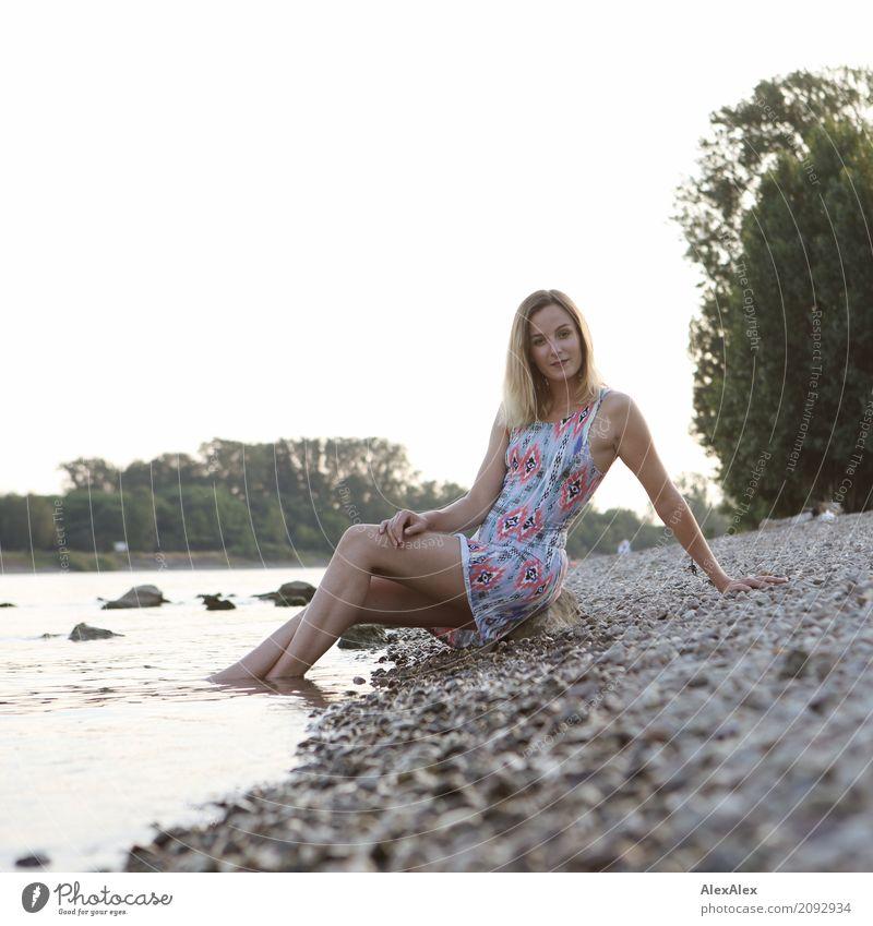 Rosa am Rhein Jugendliche Junge Frau Sommer schön Baum Landschaft Freude 18-30 Jahre Erwachsene Leben Beine natürlich Körper ästhetisch blond Idylle