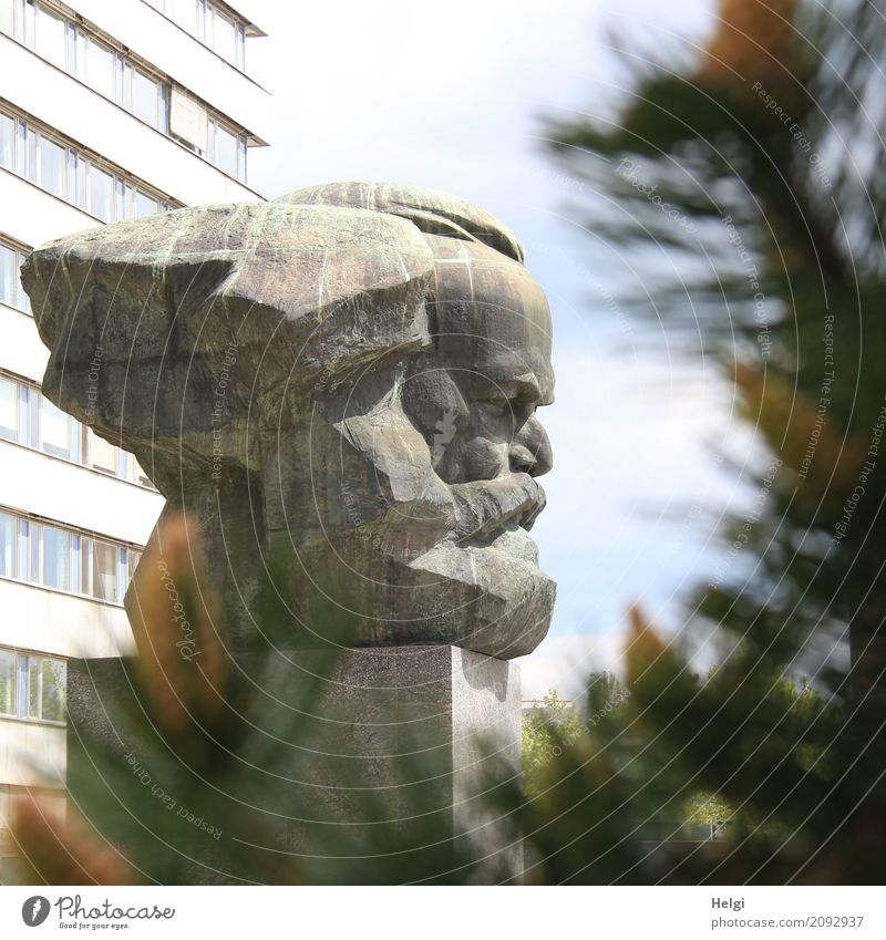 AST 10 | der Chemnitzer Karl Kunstwerk Skulptur Baum Bauwerk Fassade Sehenswürdigkeit Denkmal Karl Marx stehen alt historisch einzigartig blau grau grün weiß