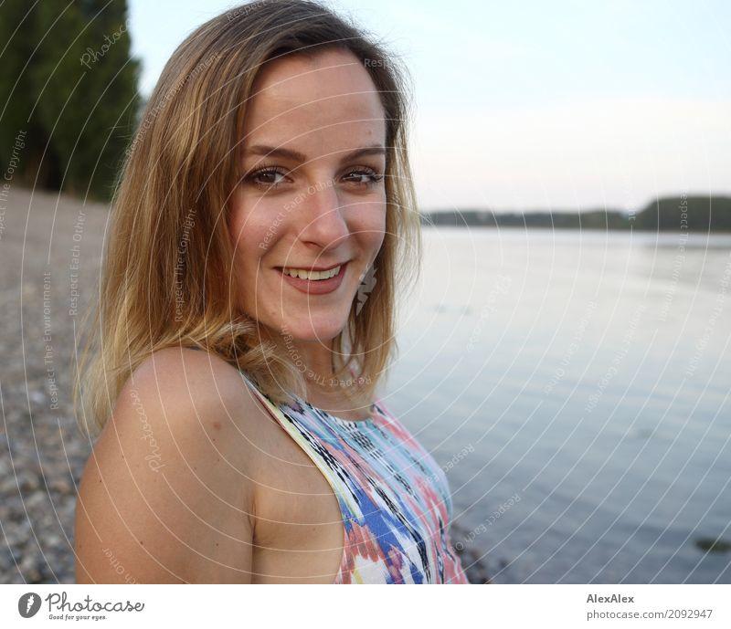 flüssig Natur Jugendliche Junge Frau schön Wasser Landschaft 18-30 Jahre Gesicht Erwachsene Leben Lifestyle natürlich Glück Ausflug ästhetisch blond