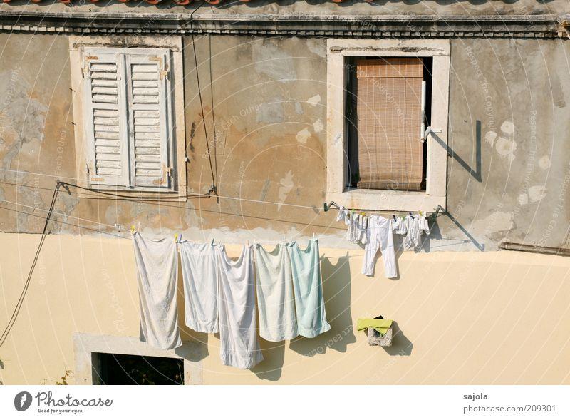 wäsche in der sonne weiß Sommer Ferien & Urlaub & Reisen Wand Fenster Mauer rosa Bekleidung Fassade geschlossen ästhetisch Tourismus Häusliches Leben hängen