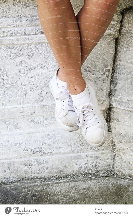 Füße und Seele baumeln lassen Jugendliche weiß Freude Ferien & Urlaub & Reisen ruhig Leben Erholung Wand Glück Stein Mauer Fuß Schuhe Beine Zufriedenheit
