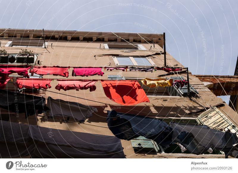 Wohngemeinschaft | Waschtag Venedig Italien Stadtrand Haus Gebäude Mauer Wand Fenster Wäsche Wäscheleine Wäsche waschen Wäscheklammern Sauberkeit mehrfarbig