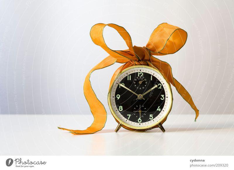 Verschenkte Zeit Lifestyle Design Beginn Genauigkeit Idee Kreativität planen Schleife Geschenk Geschenkband privat Zifferblatt Uhr Wecker Farbfoto Innenaufnahme