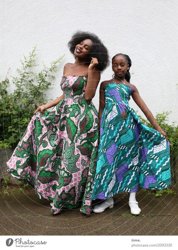 Arabella und Gloria feminin Mädchen Frau Erwachsene 1 Mensch Pflanze Mauer Wand Wege & Pfade Kleid schwarzhaarig brünett langhaarig beobachten festhalten lachen