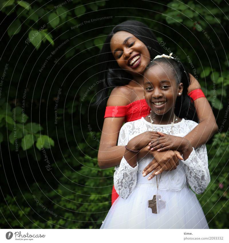 Arabella und Gloria feminin Mädchen Frau Erwachsene 2 Mensch Pflanze Baum Park Kleid Schmuck schwarzhaarig langhaarig Zopf beobachten festhalten Lächeln lachen