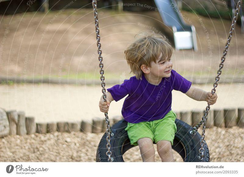 Sommer 2017 - schaukeln Freizeit & Hobby Mensch Kind Kleinkind Junge 1-3 Jahre Spielplatz T-Shirt Schaukel Bewegung Lächeln Spielen authentisch Fröhlichkeit