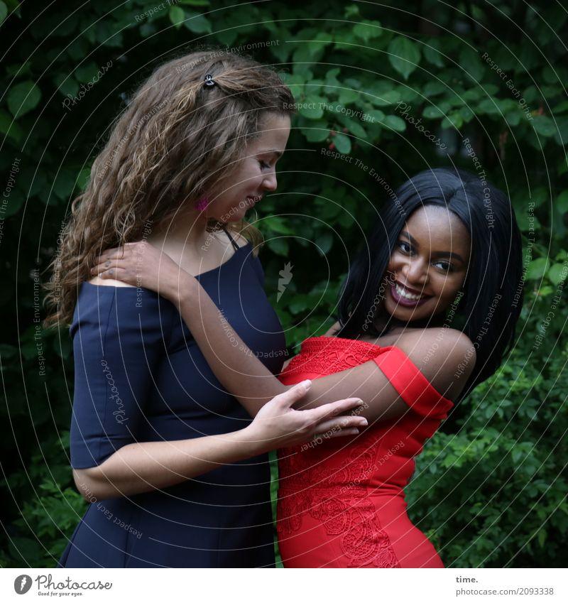 Freya und Arabella feminin Frau Erwachsene 2 Mensch Park Kleid schwarzhaarig blond langhaarig festhalten Lächeln lachen Umarmen Freundlichkeit Fröhlichkeit