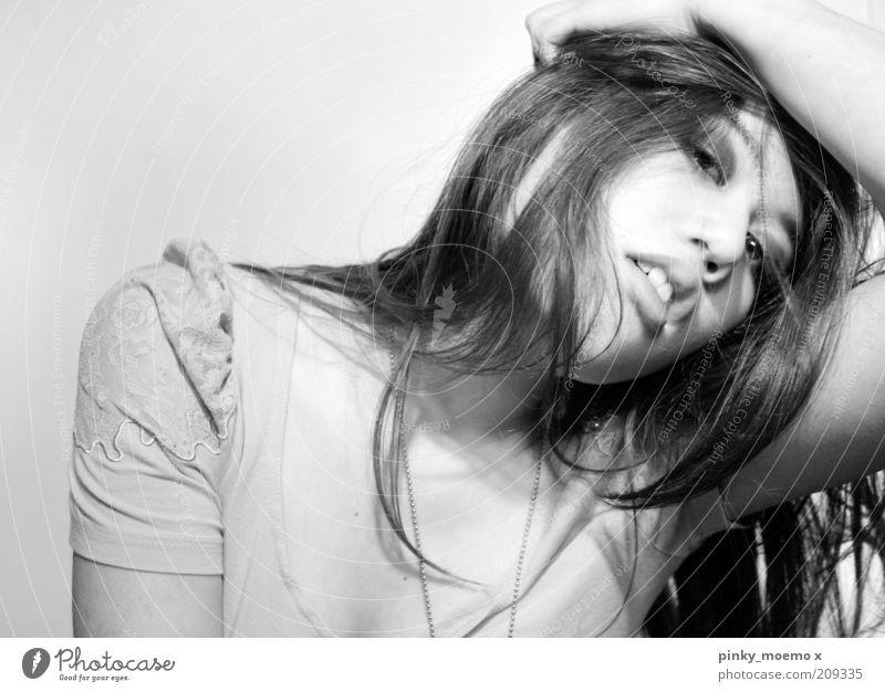 messy feminin 1 Mensch Haare & Frisuren zart sanft schwarz weiß entsättigt Schwarzweißfoto Porträt Oberkörper Frauengesicht Model langhaarig dunkelhaarig