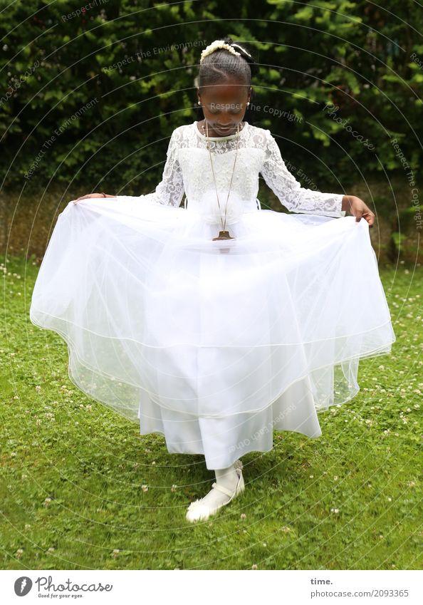 Festtag Mensch schön Mädchen Leben Wiese feminin Garten ästhetisch stehen Tanzen Lebensfreude Romantik Glaube festhalten Kleid Vertrauen