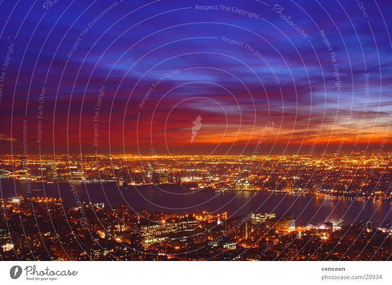 Rot-blauer Himmel über New York.. Himmel Stadt blau rot Farbe Beleuchtung USA Aussicht Skyline erleuchten Abenddämmerung New York City Lichtspiel beeindruckend Nachtaufnahme Farbenspiel