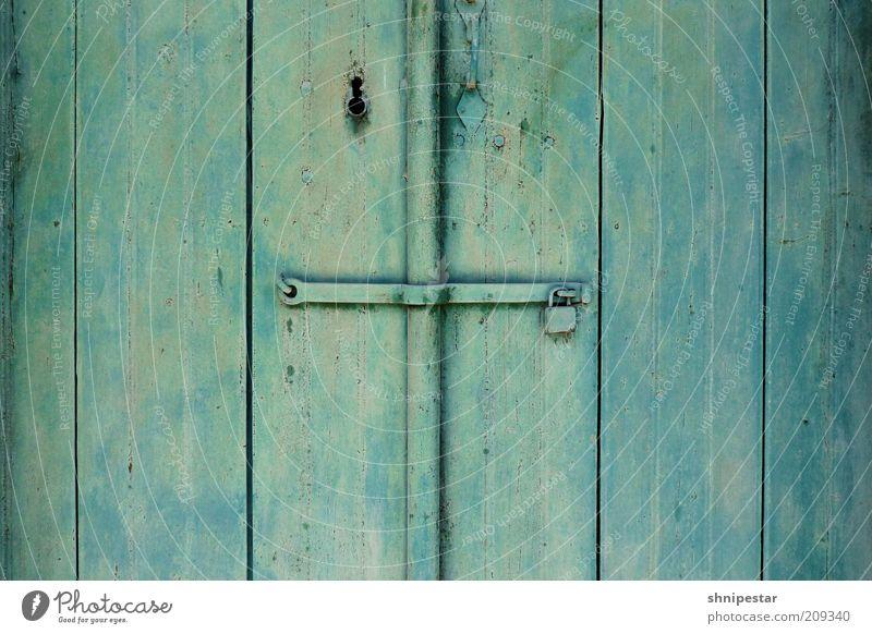 Der Letzte macht die Tür zu! alt grün Ferien & Urlaub & Reisen Haus Holz Metall geschlossen Sicherheit einfach Dorf außergewöhnlich Tor Hütte abstrakt