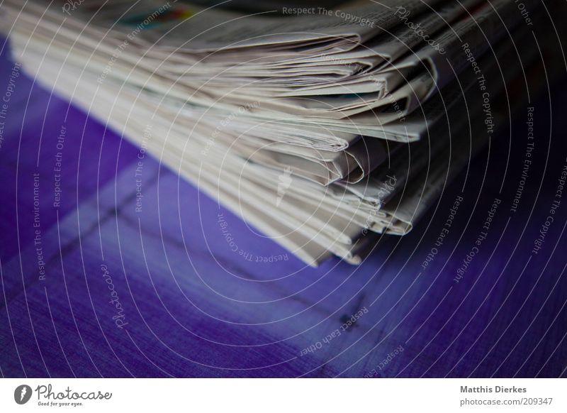 Zeitungen alt weiß blau grau Papier neu mehrere retro Medien Symbole & Metaphern viele Sammlung Stapel Anhäufung