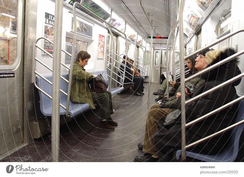 NYC Metro U-Bahn heimwärts Bahnfahren New York City Verkehr Heimweg warten Rumsitzen USA Alltagsfotografie