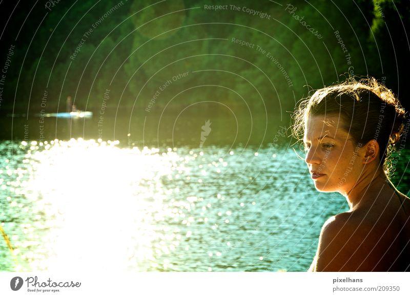 Sonnenwasser . Ausflug Sommer Sonnenbad Mensch feminin Junge Frau Jugendliche Erwachsene 1 18-30 Jahre Natur Wasser Sonnenlicht Schönes Wetter Wärme Seeufer