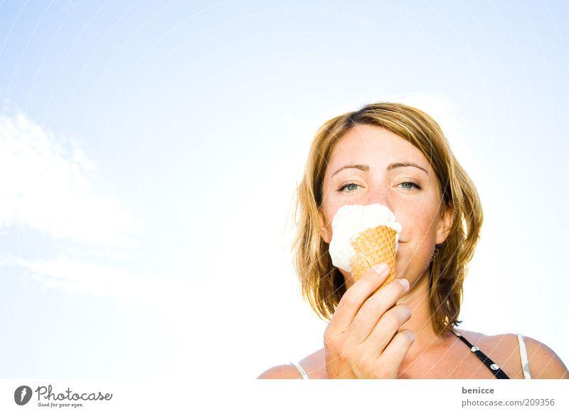 guck was ich da hab Frau Mensch Eis Speiseeis Sommer Vanille Vanilleeis lutschen Ernährung Essen Porträt Himmel lecker Eiswaffel Süßwaren kühlen Gegenlicht
