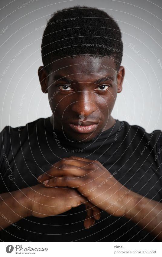Kekeli maskulin Mann Erwachsene 1 Mensch T-Shirt schwarzhaarig kurzhaarig beobachten festhalten Blick ästhetisch nah Gefühle selbstbewußt Coolness Kraft