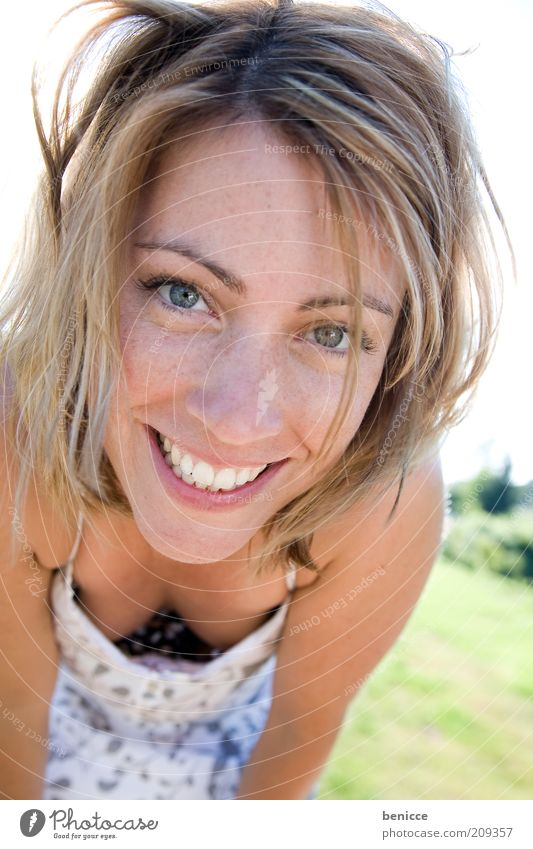 Hallo Kleiner ! Frau Mensch lachen Lächeln Freude Sommer Porträt Zähne weiß Flirten anlächeln schön Jugendliche sympathisch attraktiv Blick in die Kamera blond