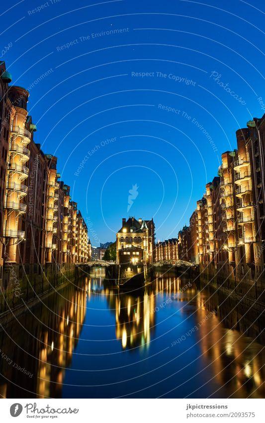 Wasserschloss Speicherstadt Hamburg in der Nacht Nachthimmel Hafenstadt Altstadt Skyline Sehenswürdigkeit dunkel Stimmung Farbfoto Außenaufnahme Menschenleer